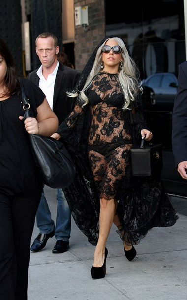Леди Гага на улицах городов