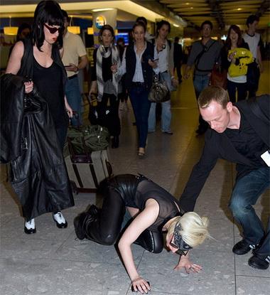Леди Гага упала