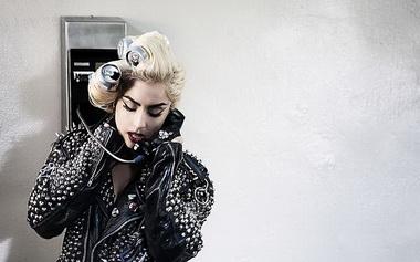 Леди Гага снова встала на ноги на сцене