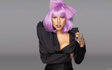 Леди Гага с фиолетовыми волосами.