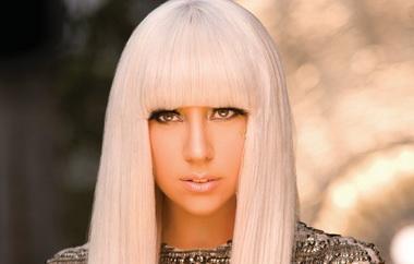 Леди Гага с белыми волосами.