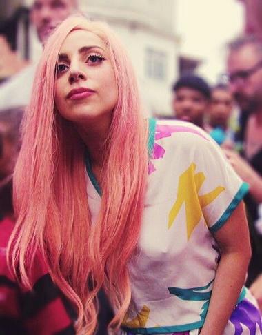 Леди Гага с розовыми волосами.