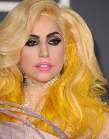 Леди Гага с желтыми волосами.