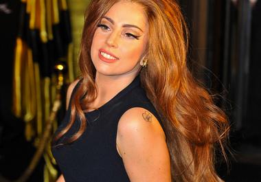 Леди Гага с рыжими волосами.
