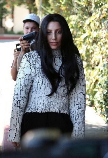 Леди Гага с черными волосами.