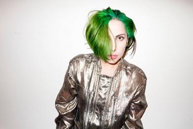 Леди Гага с зелеными волосами.