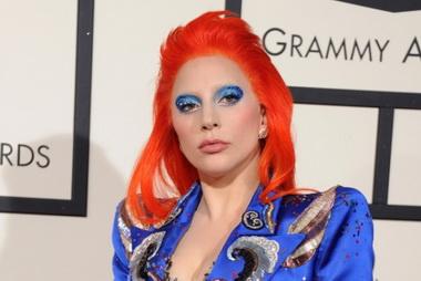Леди Гага с красными волосами.