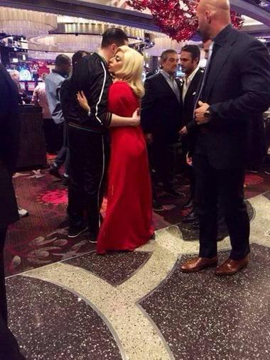 Леди Гага и Тейлор в казино.